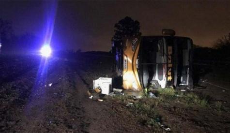 Tres muertos y 35 heridos al volcar un colectivo de larga distancia que partió desde Jujuy