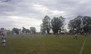Buenos Aires: un rayo cayó en una cancha de fútbol, hubo un muerto y varios heridos con quemaduras